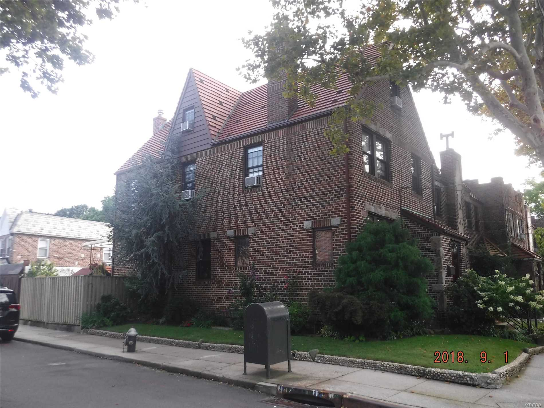 Photo of home for sale at 82-56 Penelope Ave, Middle Village NY