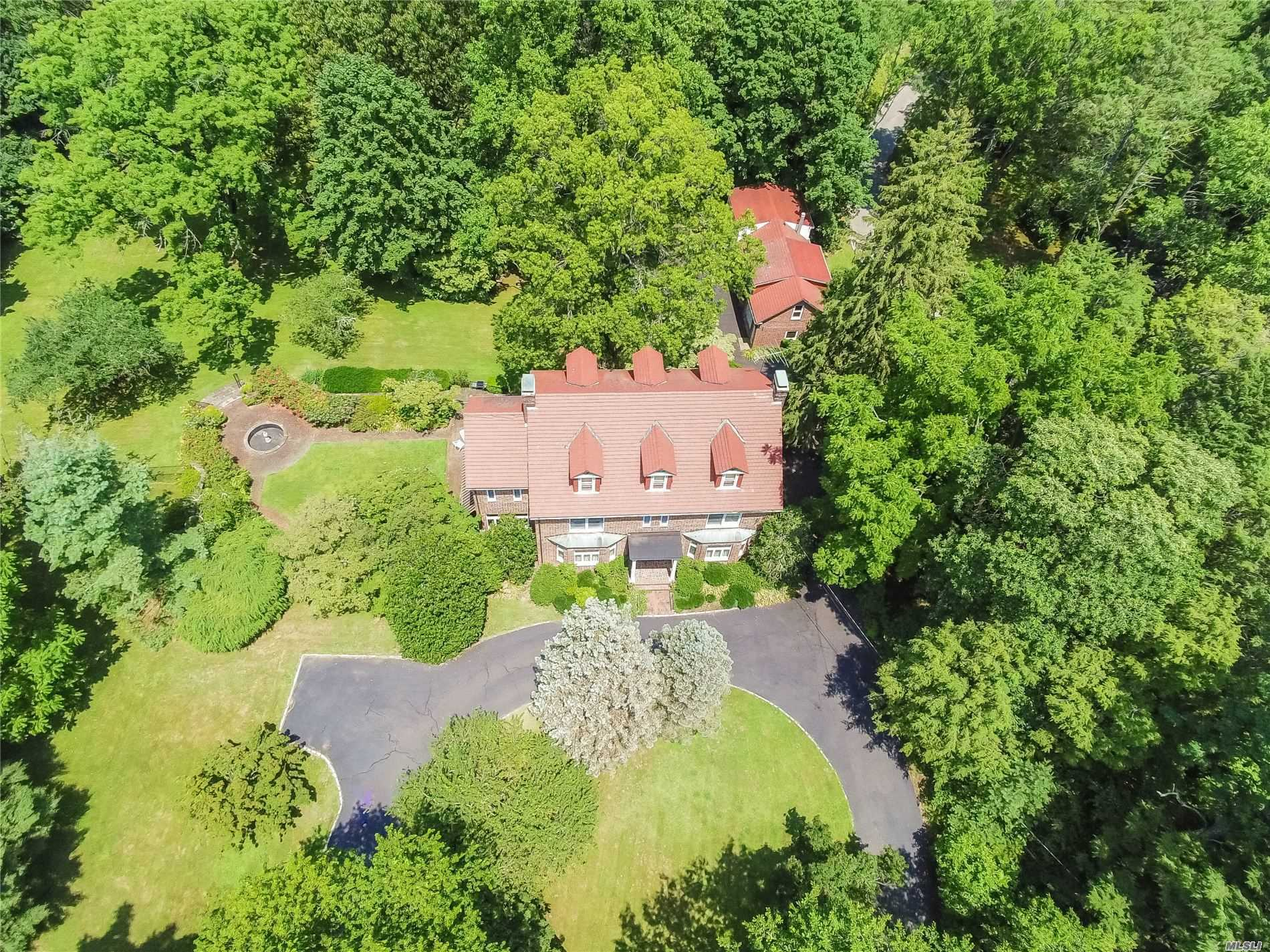 Photo of home for sale at 73 Ryefield Rd, Lattingtown NY