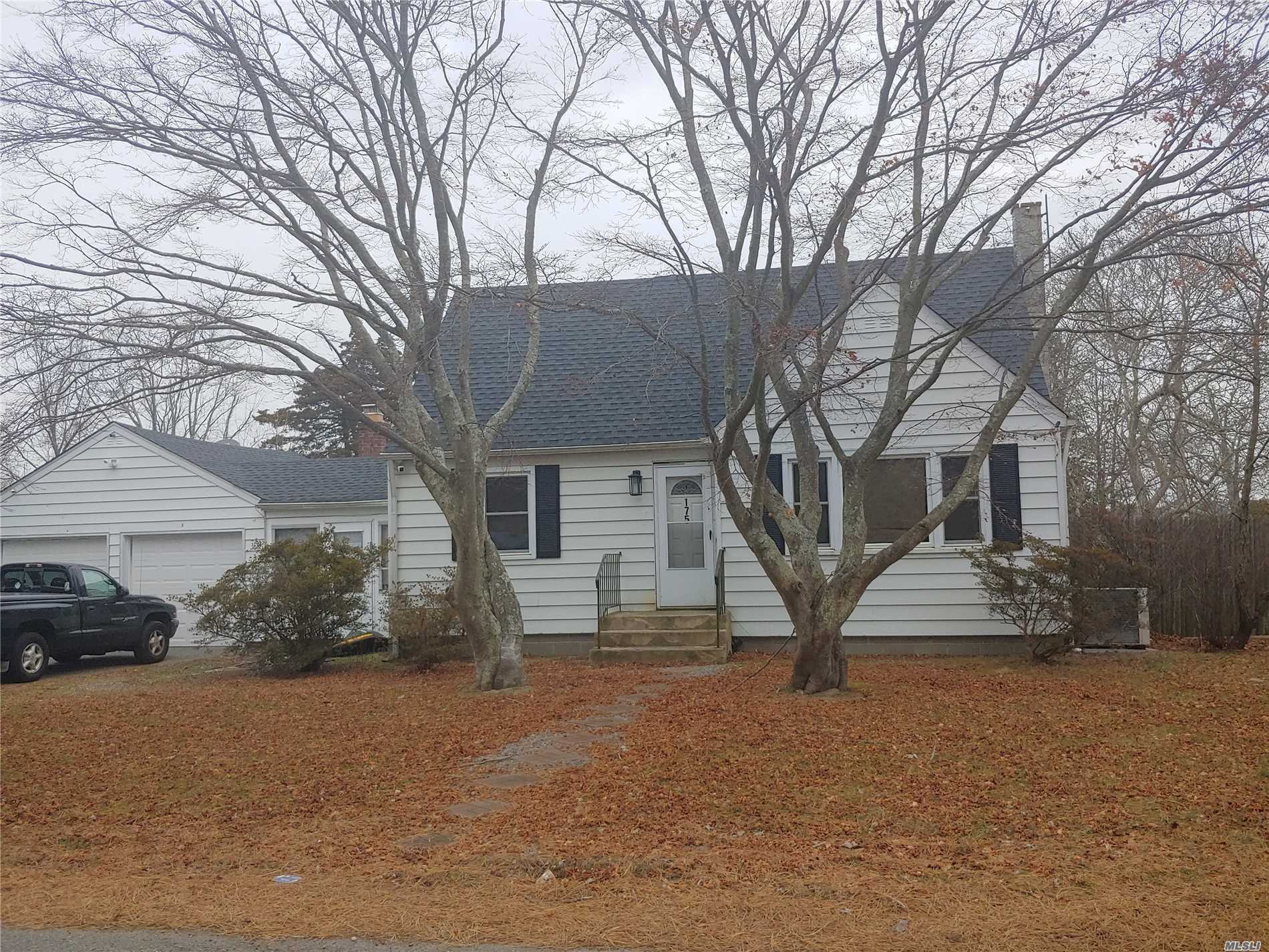 Photo of home for sale at 175 Bayview Dr, Mastic Beach NY