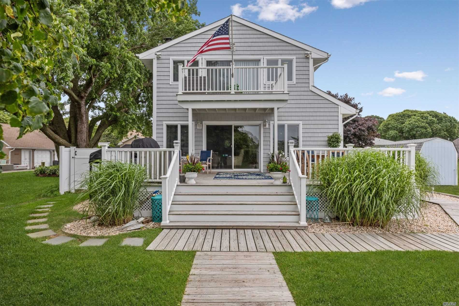 Photo of home for sale at 81 Beach Rd, Aquebogue NY