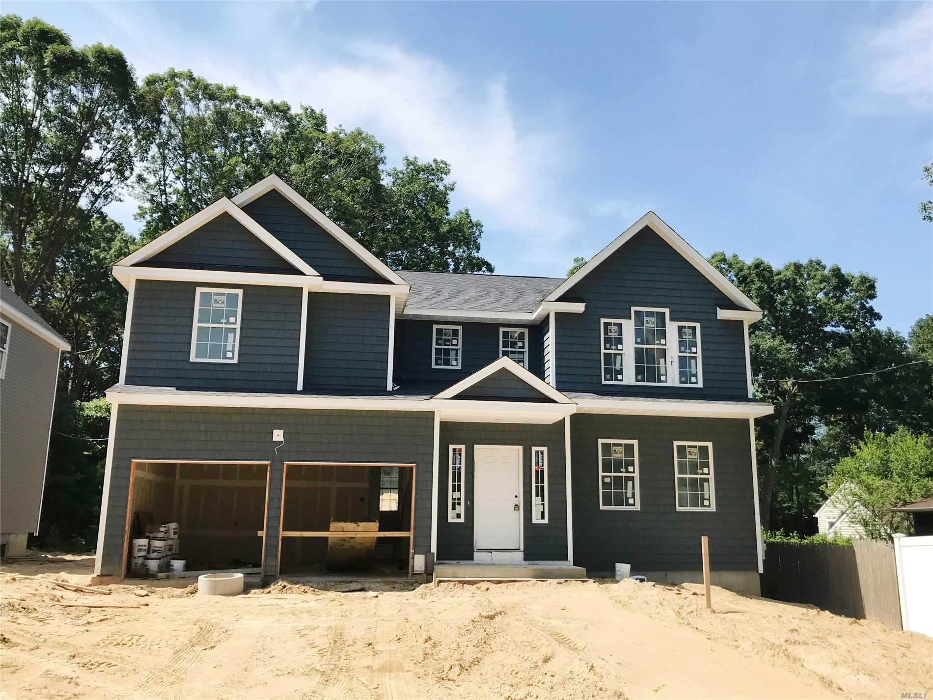 Photo of home for sale at 4 Gilbert Ave, Smithtown NY