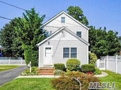 Photo of home for sale at 1810 Wantagh Ave, Wantagh NY