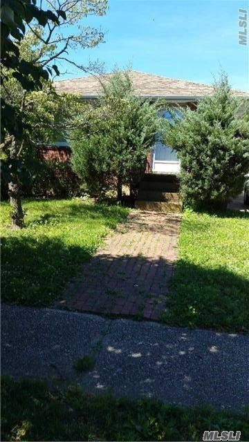 Photo of home for sale at 2426 Wynsum Ave, Merrick NY