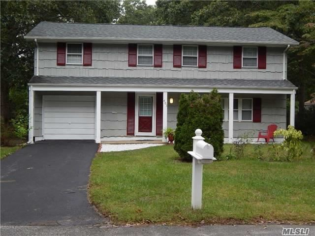 Photo of home for sale at 401 Boxwood Dr, Shirley NY