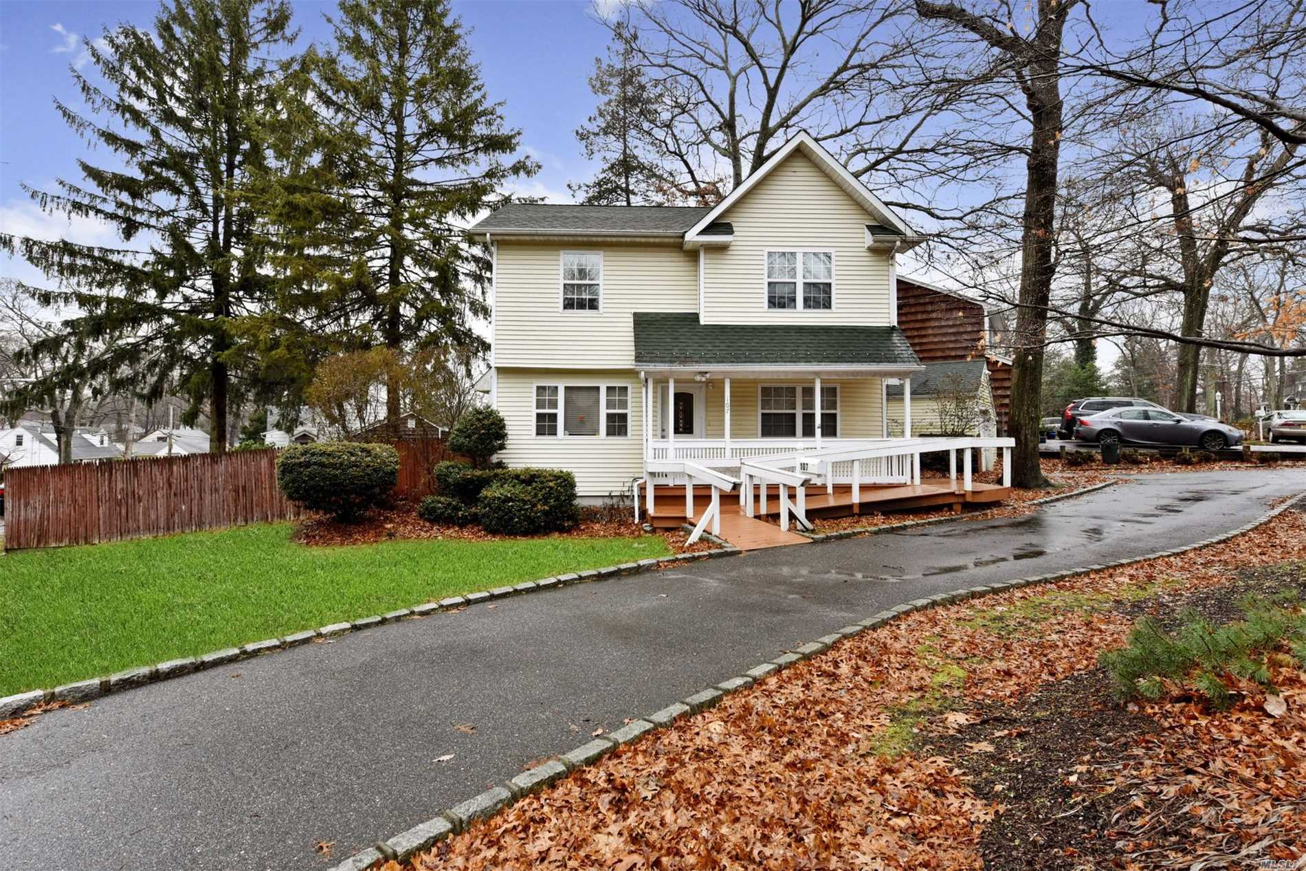 Photo of home for sale at 107 17th St E, Huntington Sta NY
