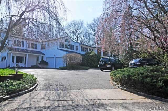 Photo of home for sale at 7 Croydon Ct, Dix Hills NY