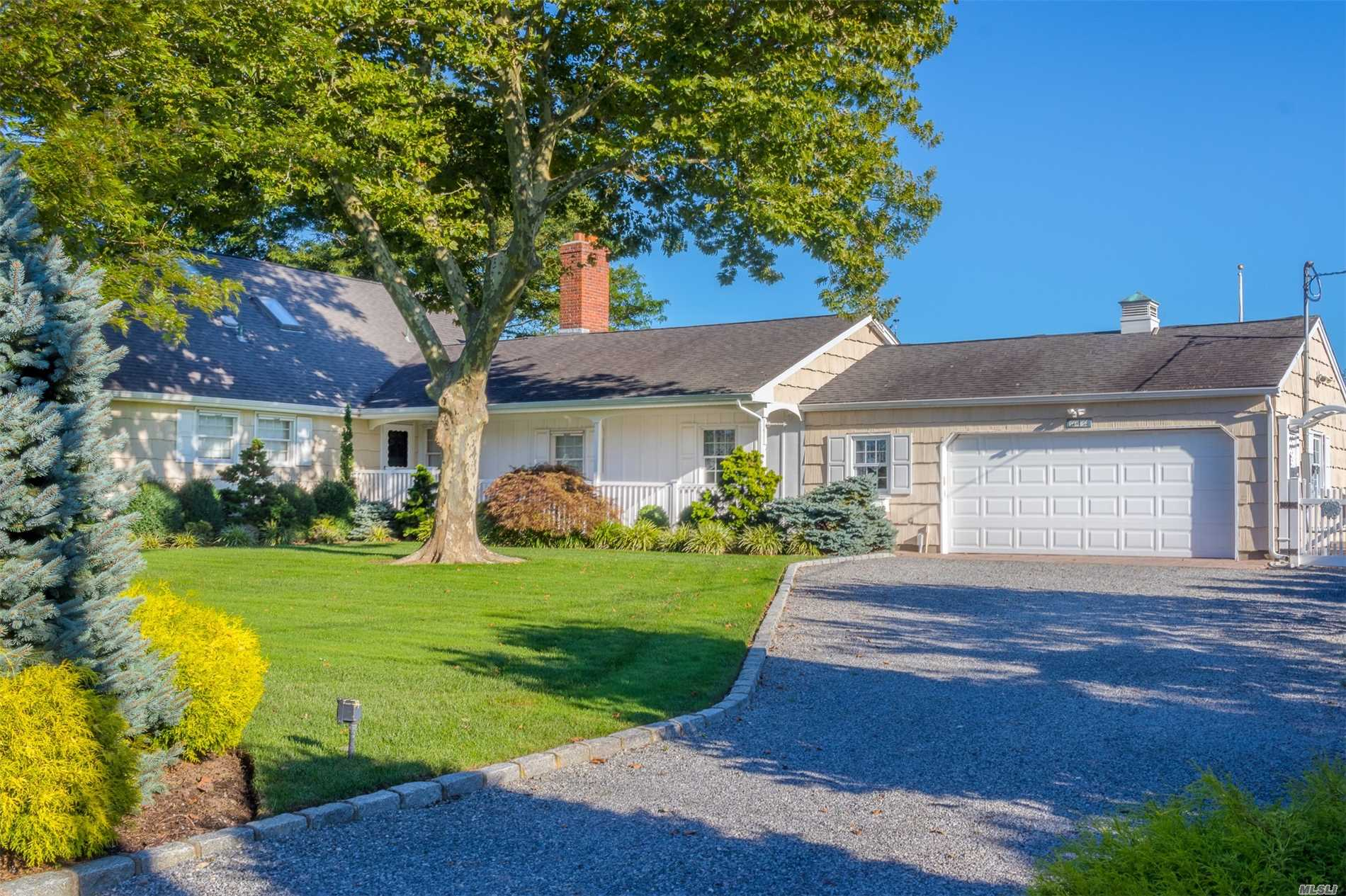 Photo of home for sale at 4 Buscher Ct, Brookhaven NY