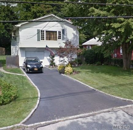 Photo of home for sale at 17 Roslyn St, Islip Terrace NY