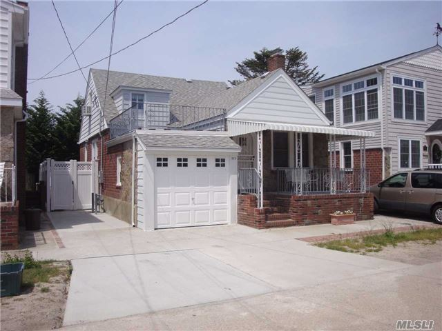 Photo of home for sale at 111 Inwood, Point Lookout NY