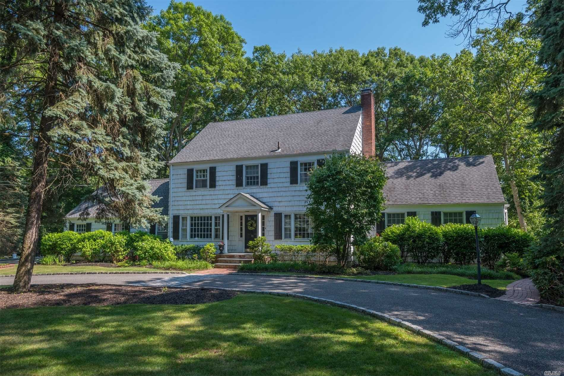 Photo of home for sale at 70 West Meadow Rd, Setauket NY