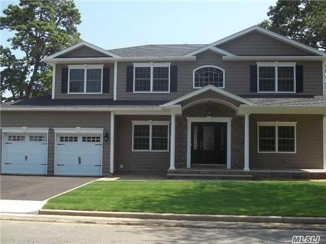 Photo of home for sale at 3 Beaumont Ave, Massapequa NY