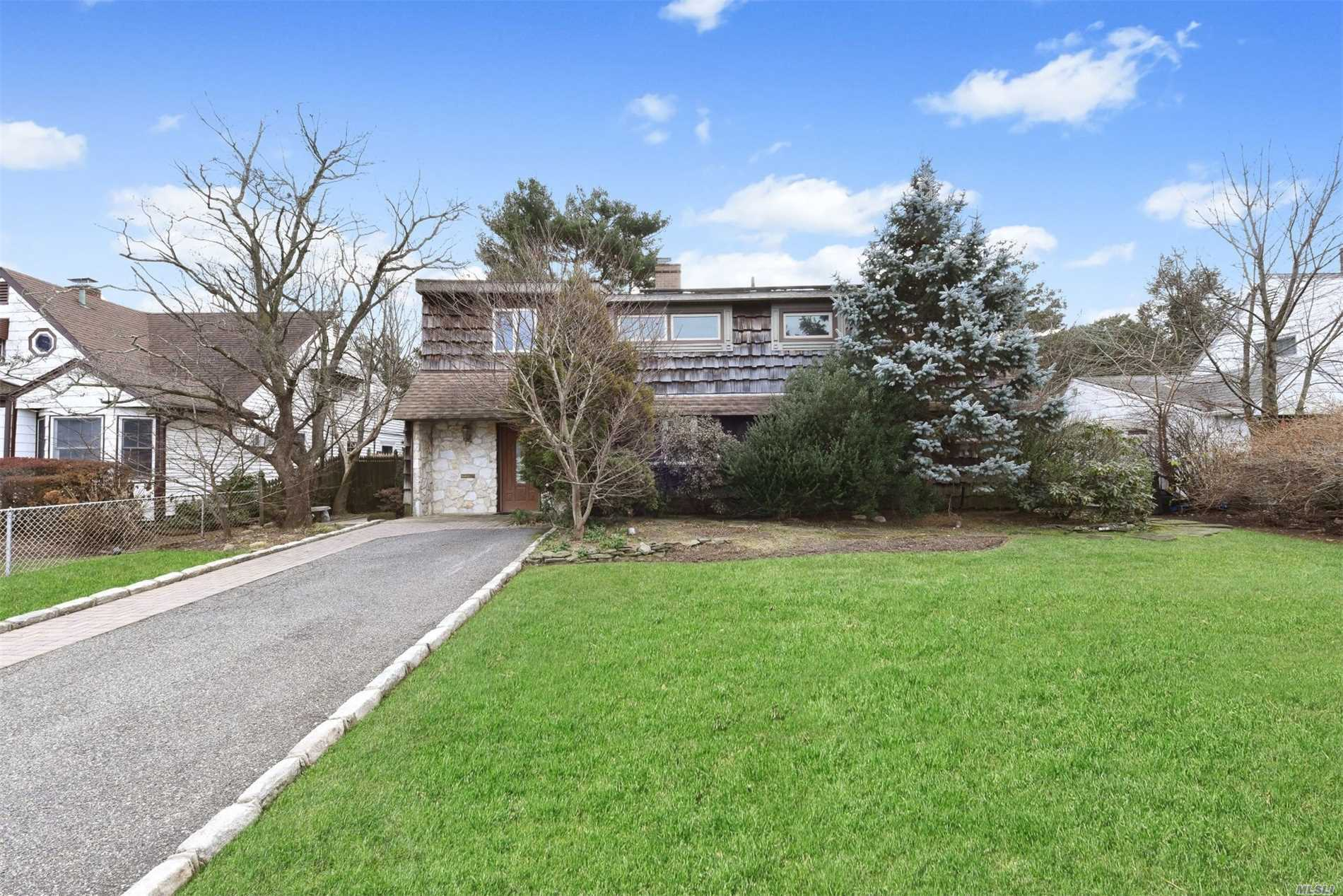 Photo of home for sale at 61 Prince Ln, Westbury NY