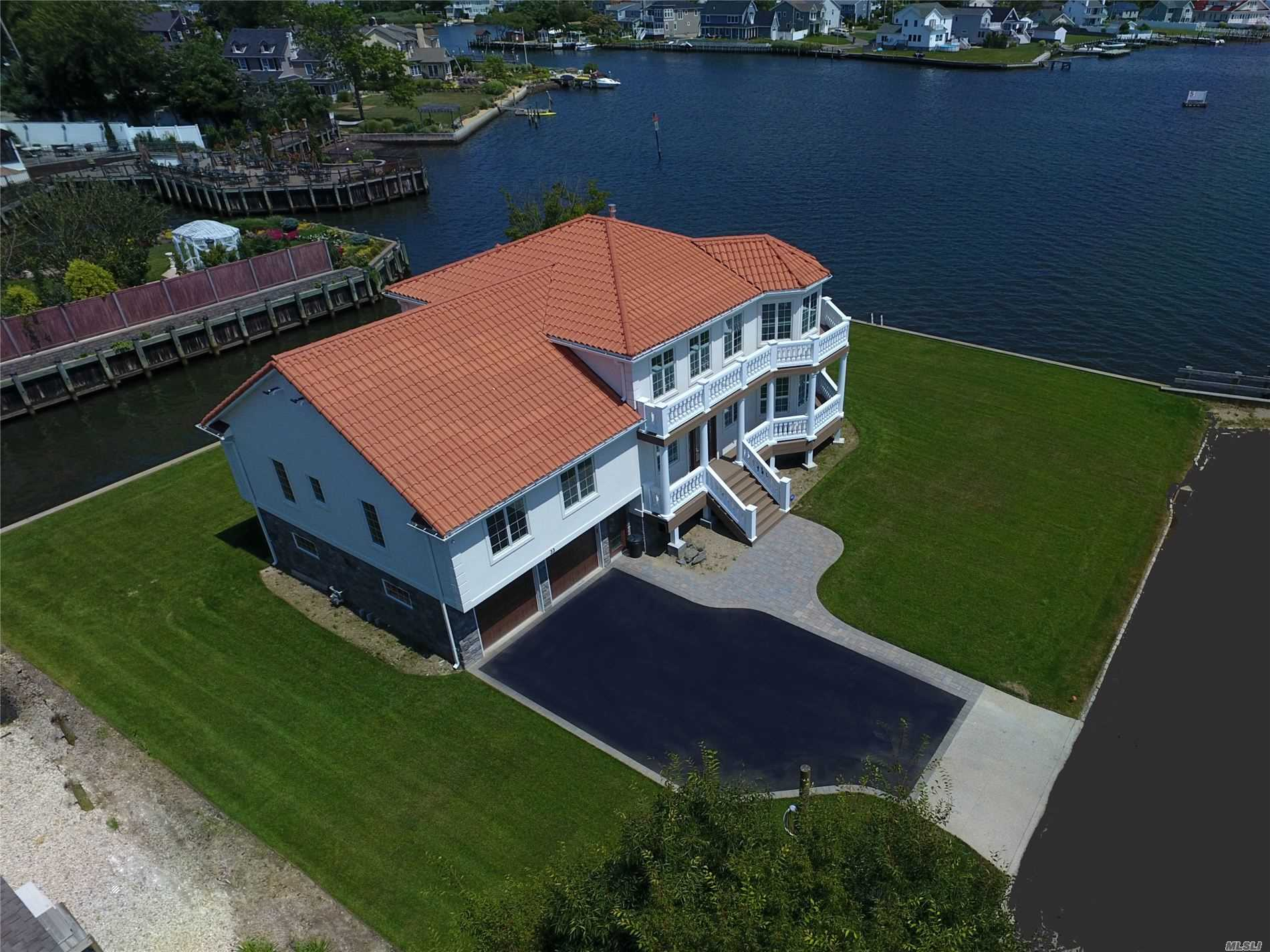 Photo of home for sale at 33 Harbor Pl, Massapequa NY