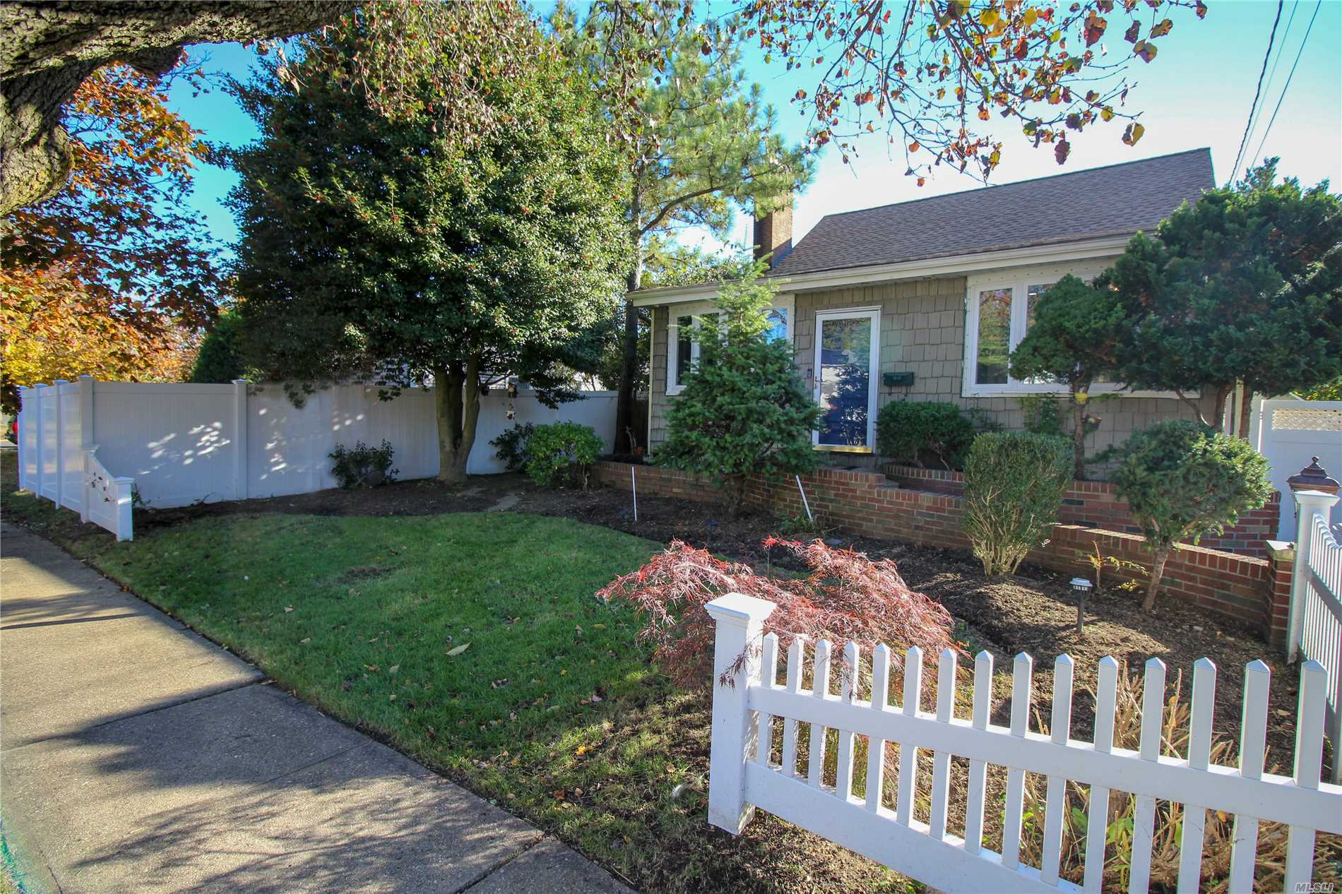 Photo of home for sale at 720 Spruce Ct, Baldwin NY