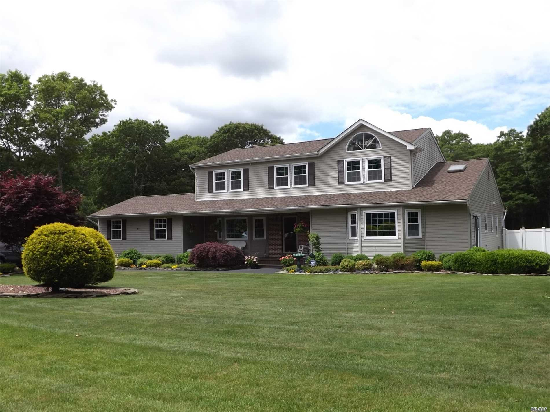 Photo of home for sale at 38 Carmen View Dr, Shirley NY