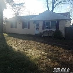 Photo of home for sale at 2912 Falcon Ave, Medford NY