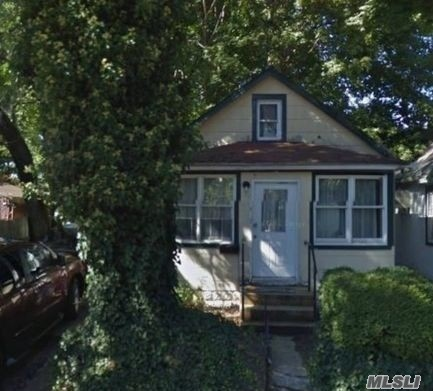 Photo of home for sale at 7 Allen Ln, Great Neck NY