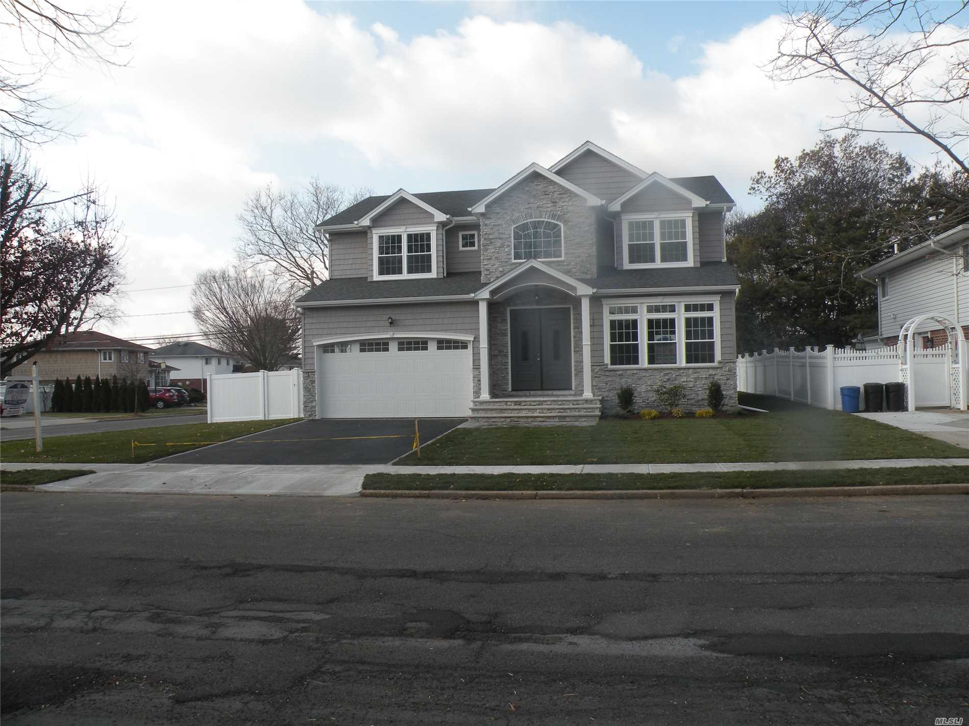 Photo of home for sale at 418 Woodbridge Ln, Jericho NY