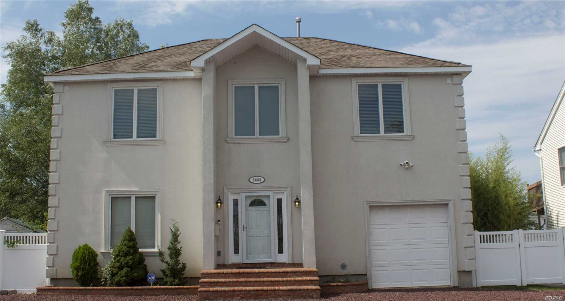 Photo of home for sale at 3444 Parkway Dr, Baldwin NY
