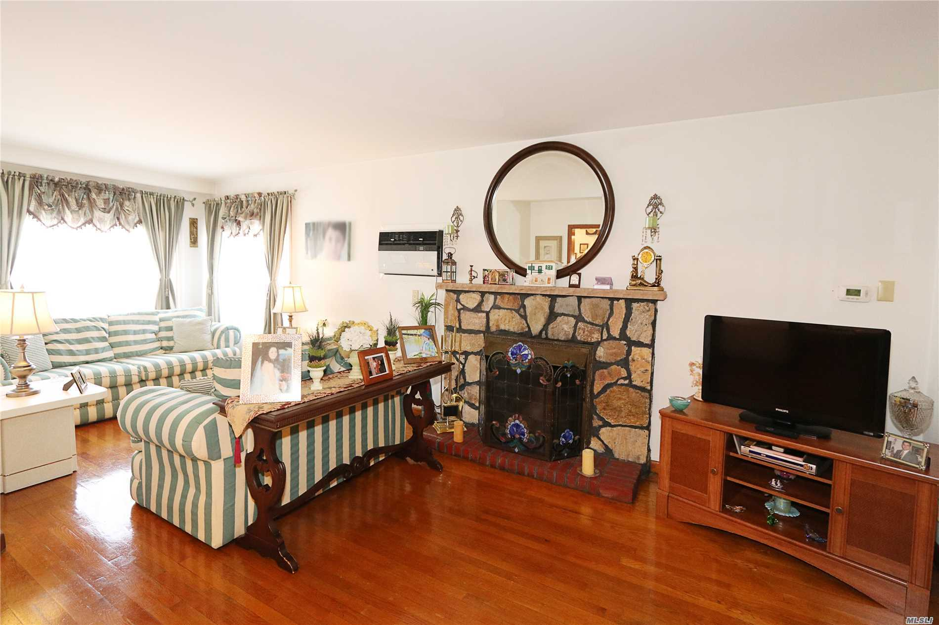 Photo of home for sale at 10-09 157th St, Whitestone NY