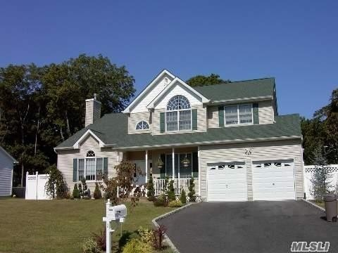 Photo of home for sale at 2 Conran Ct, St. James NY