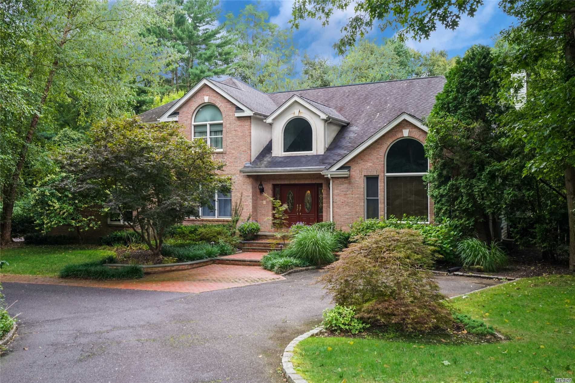 Photo of home for sale at 1 Indian Hill Ct, Dix Hills NY