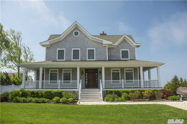 Photo of home for sale at 8 Gilbert Rd, Hampton Bays NY