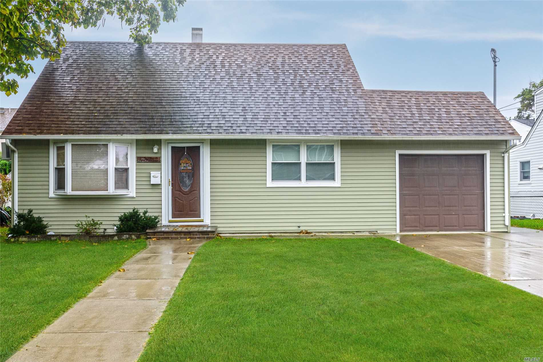 Photo of home for sale at 379 Evans Ave, Oceanside NY