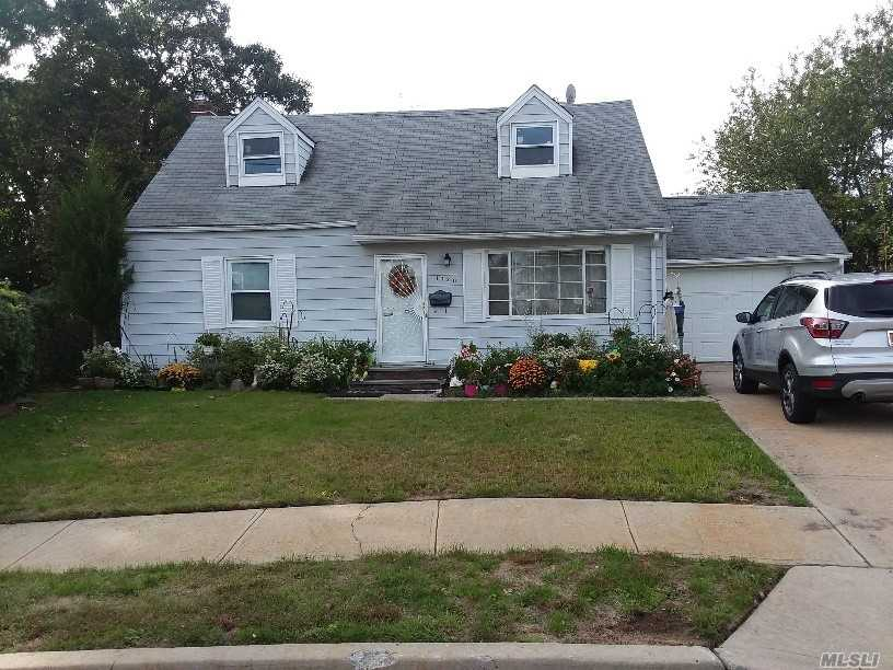 Photo of home for sale at 1020 Knabbe Ct, Uniondale NY