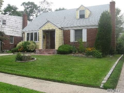 Photo of home for sale at 2926 Eastern Blvd, Baldwin NY