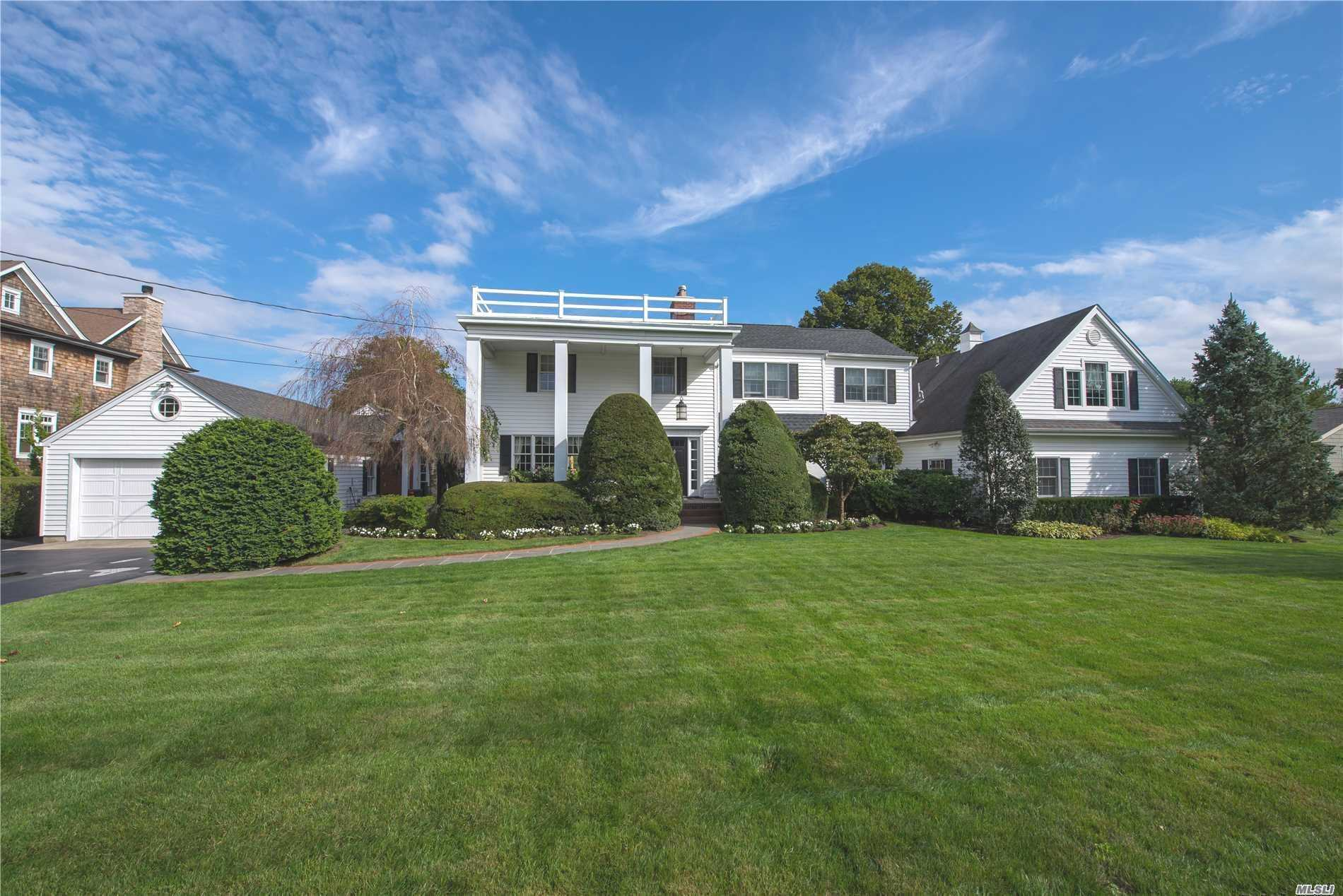 Photo of home for sale at 251 Willetts Ln, West Islip NY
