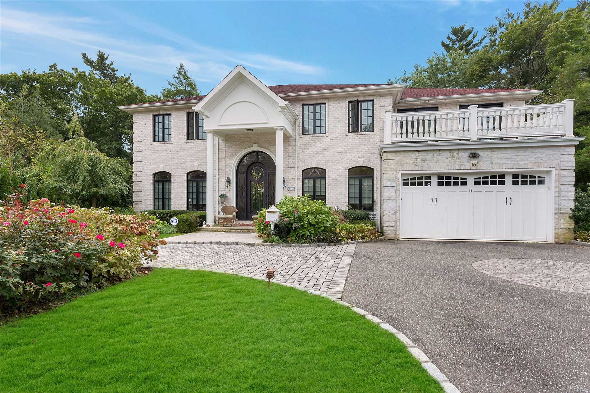 Photo of home for sale at 16 Horseshoe Ln, Roslyn Heights NY
