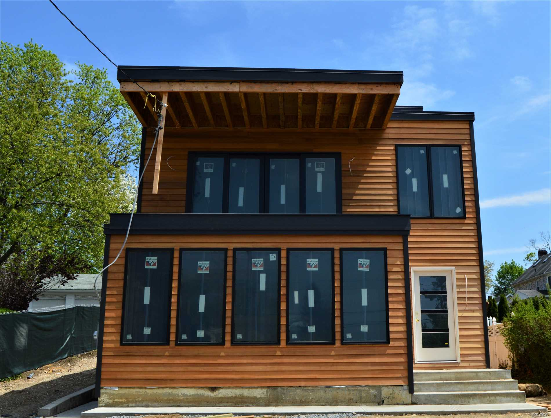Photo of home for sale at 37 Carlton Ave, Port Washington NY