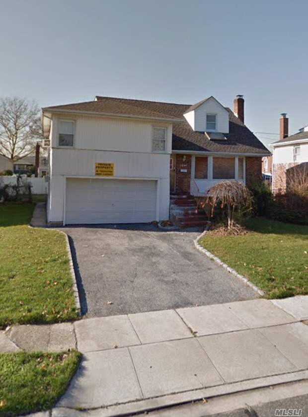 Photo of home for sale at 3254 Judith Ln, Oceanside NY