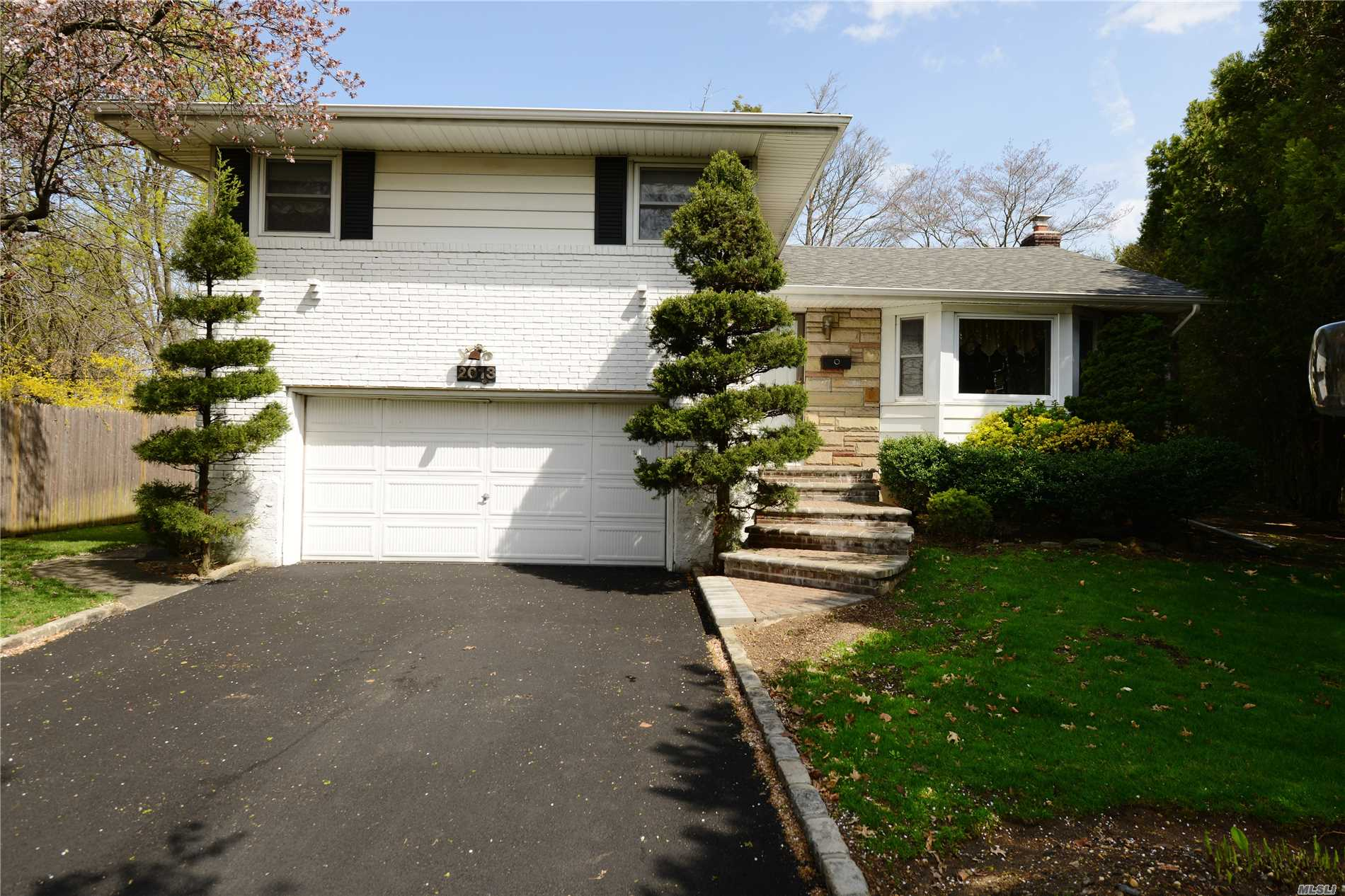 Photo of home for sale at 2013 Debra Ct, Merrick NY