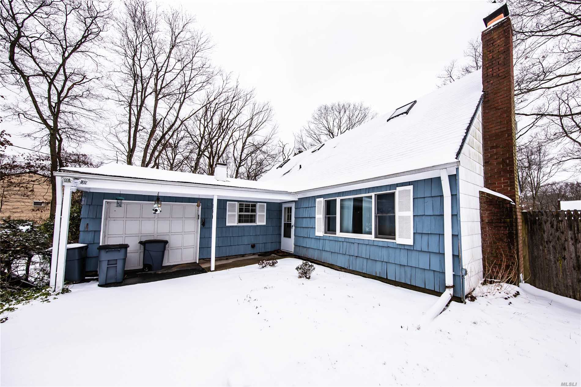 Photo of home for sale at 154 Woodland Ave, Central Islip NY