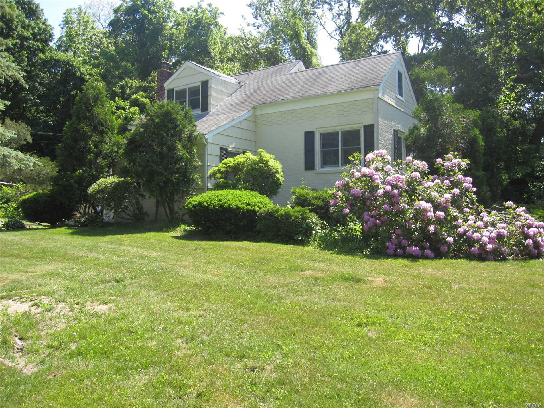 Photo of home for sale at 33 Thompson Hay Path, Setauket NY