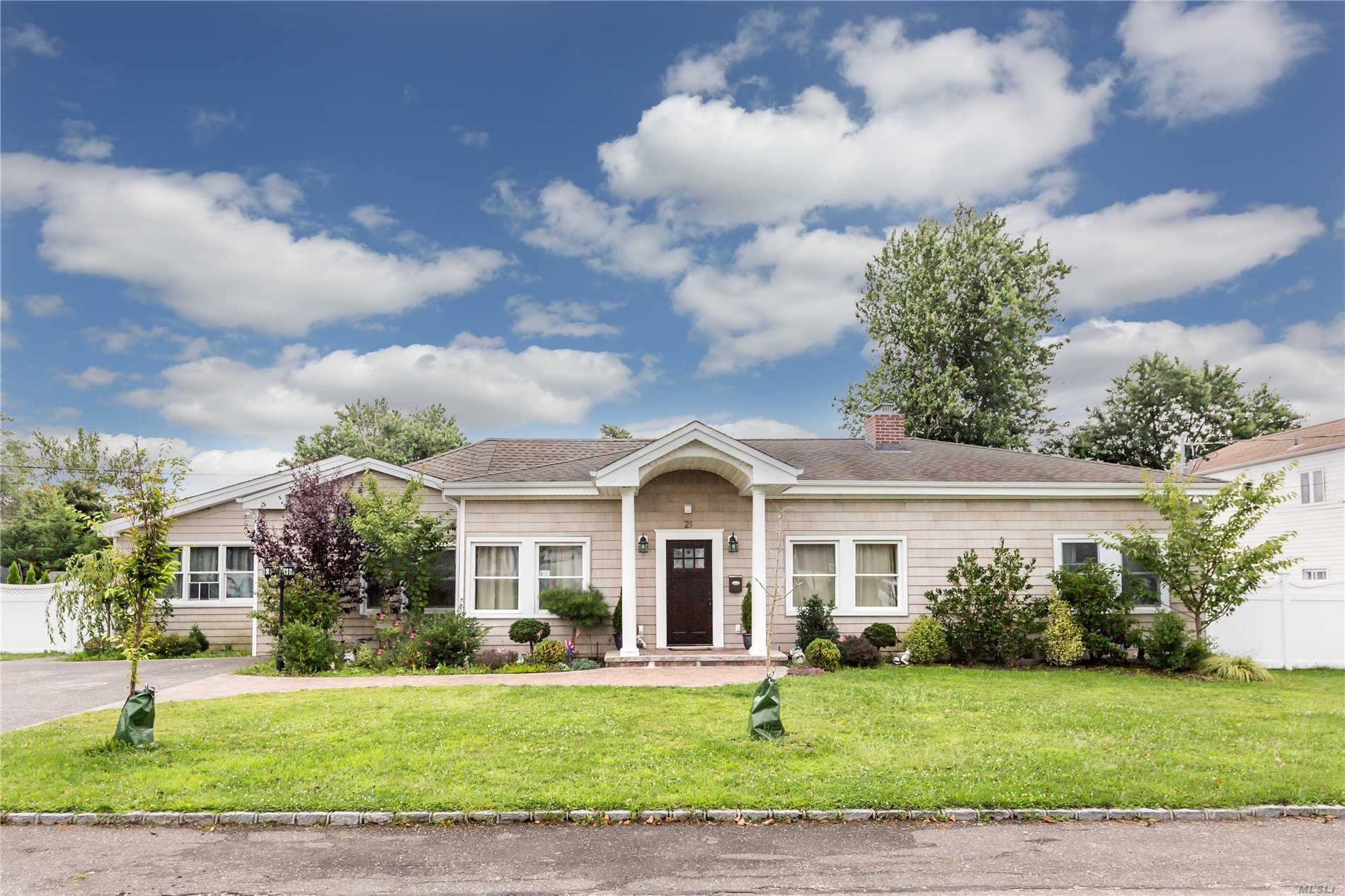 Photo of home for sale at 21 Palm St, Lindenhurst NY