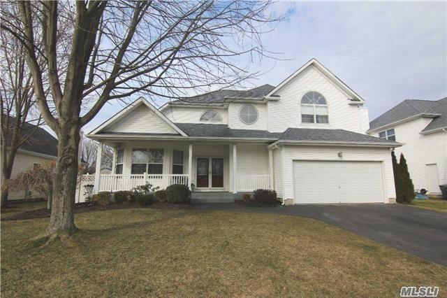 Photo of home for sale at 53 Blueberry Ridge Dr, Holtsville NY