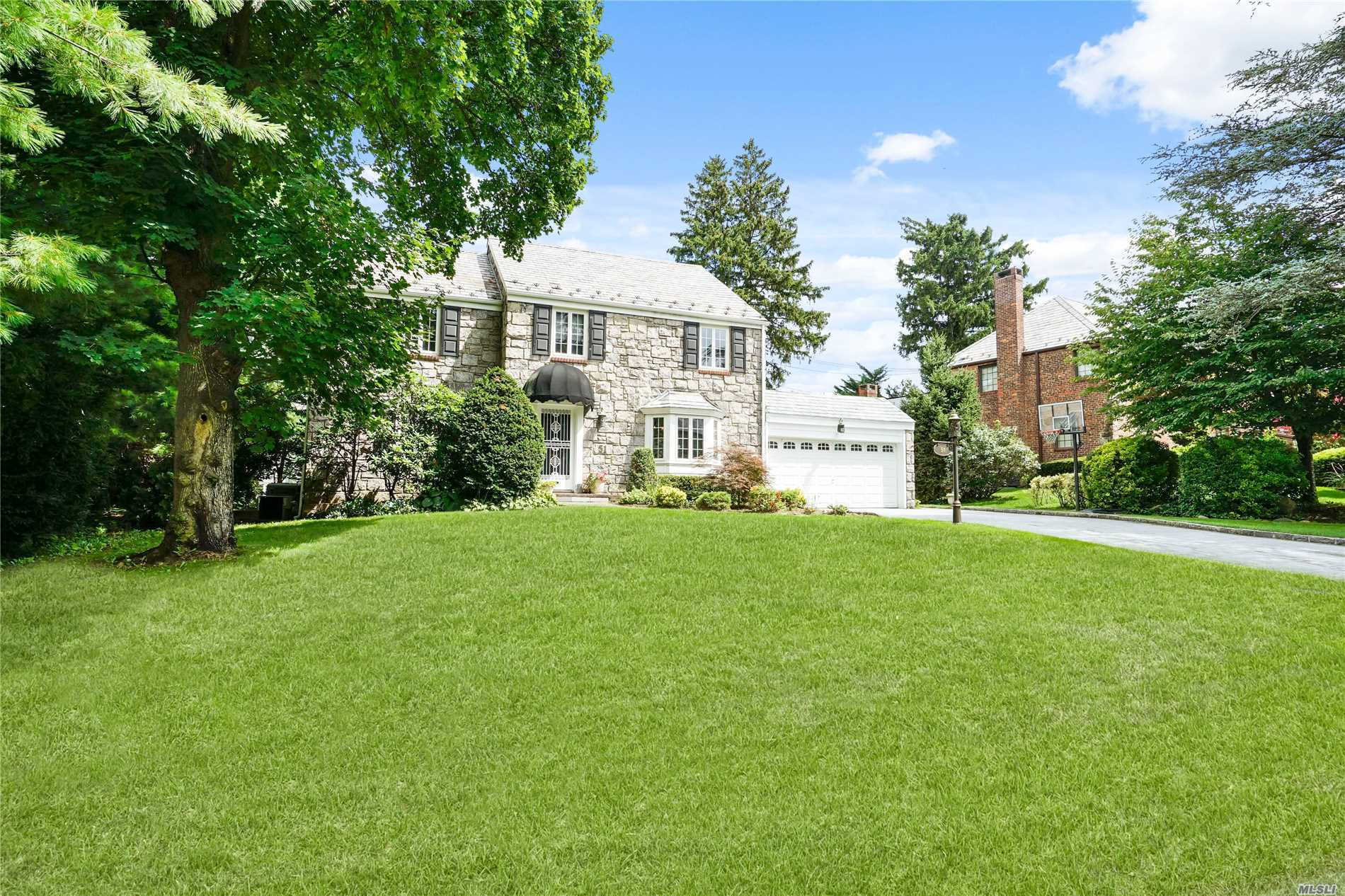 Photo of home for sale at 51 Old Estate Rd, Manhasset NY