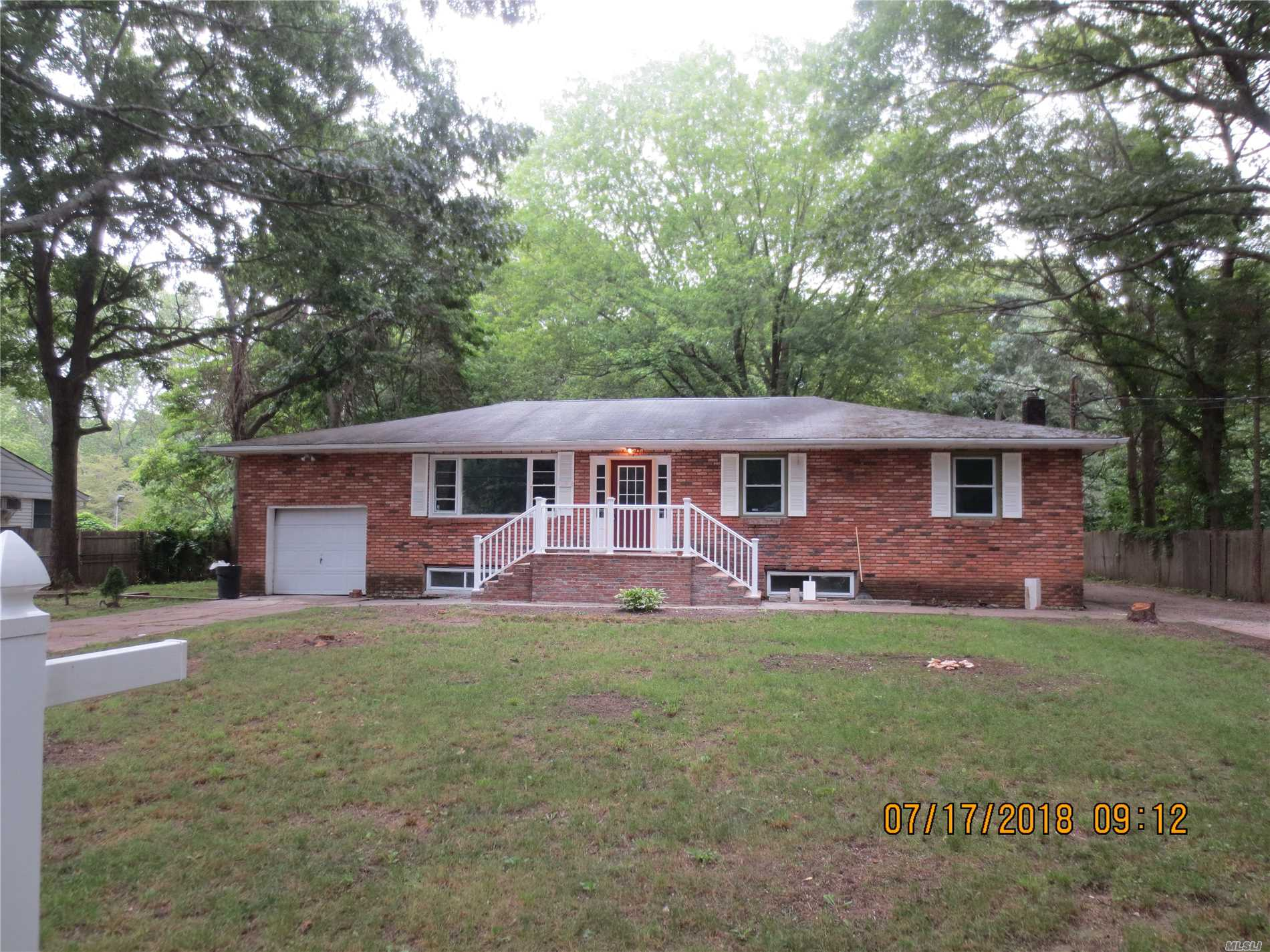 Photo of home for sale at 256 Auborn Ave, Shirley NY