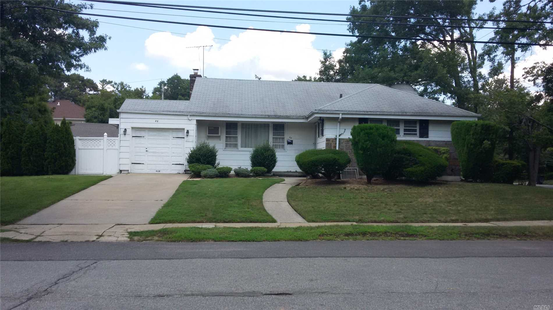 Photo of home for sale at 88 Wolf Ave, Malverne NY
