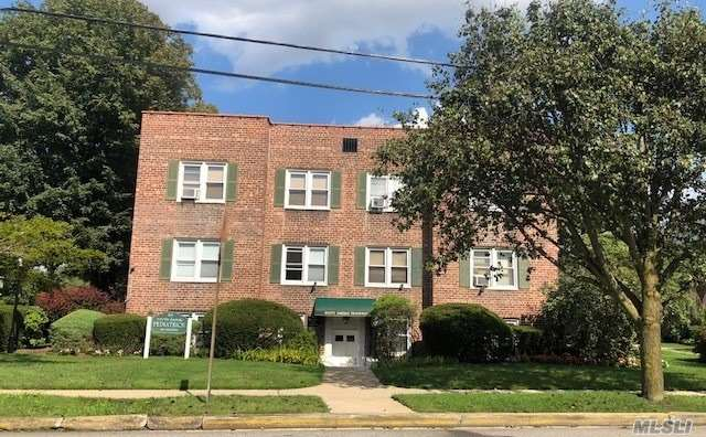 Photo of home for sale at 195 Village Ave N, Rockville Centre NY
