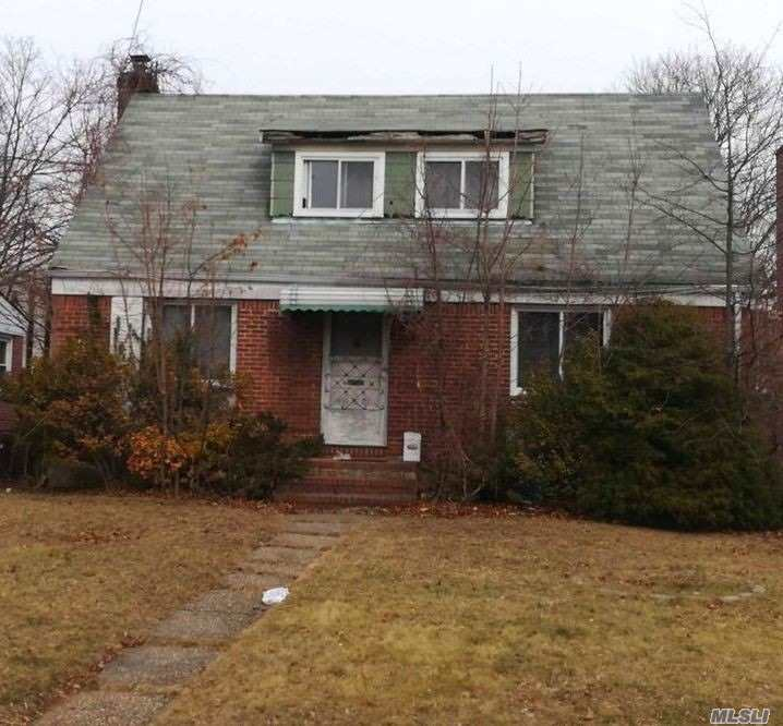 Photo of home for sale at 76-35 Hewlett St, New Hyde Park NY