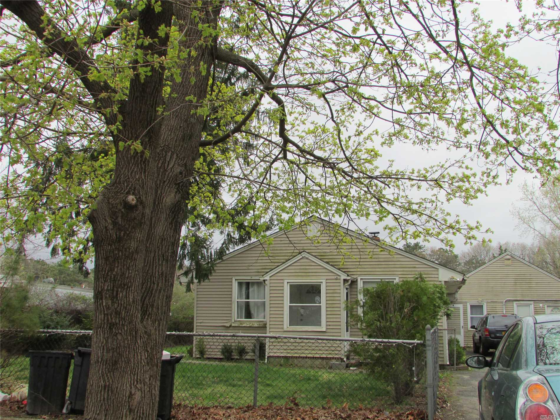 Photo of home for sale at 114 Peconic Ave, Medford NY