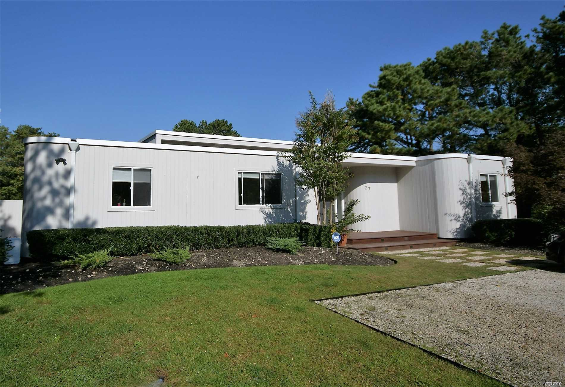 Photo of home for sale at 27 Deerfield Way, Quogue NY