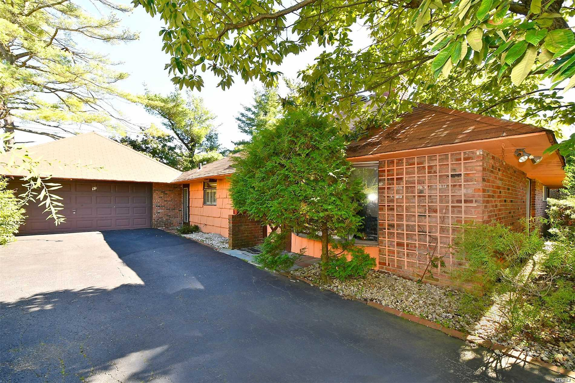 Photo of home for sale at 97 Shepherd Ln, Roslyn Heights NY