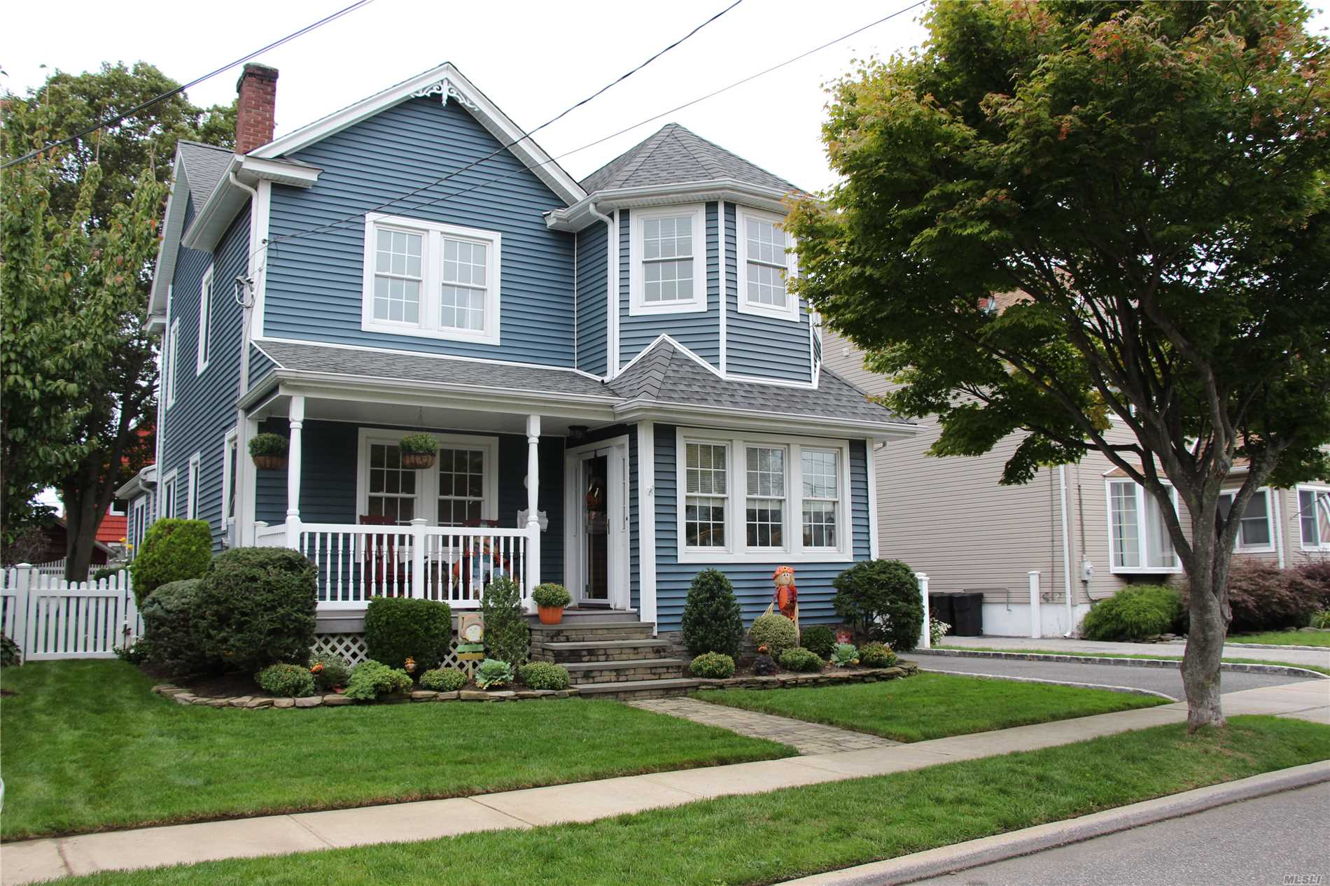 Photo of home for sale at 19 Hollywood Ave, Massapequa NY