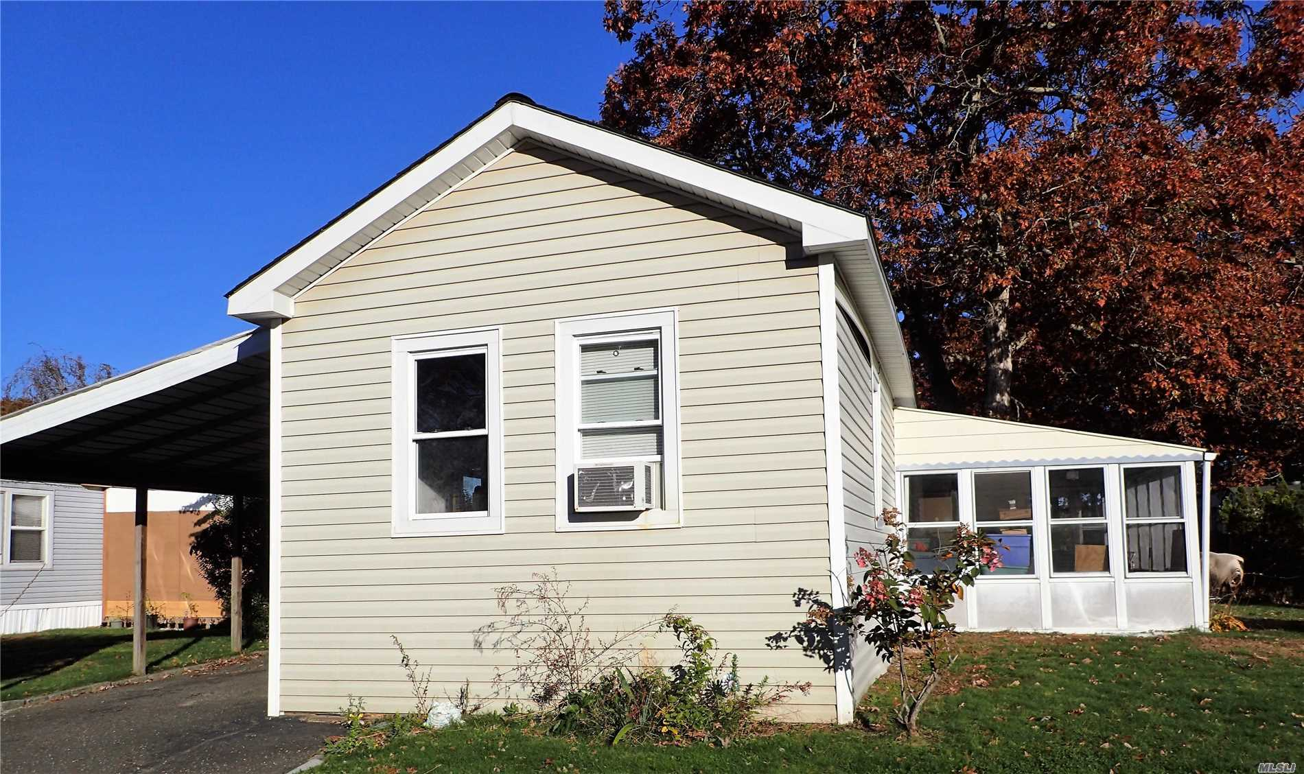 Photo of home for sale at 21 Buttercup Dr, Bohemia NY
