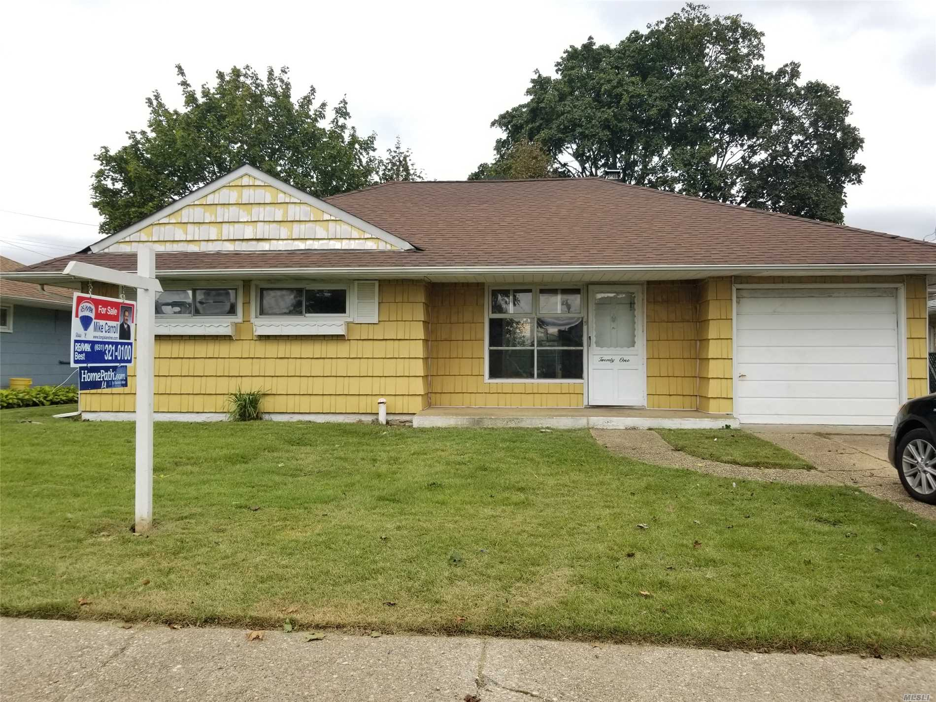 Photo of home for sale at 21 Hewitt Ave, Hicksville NY